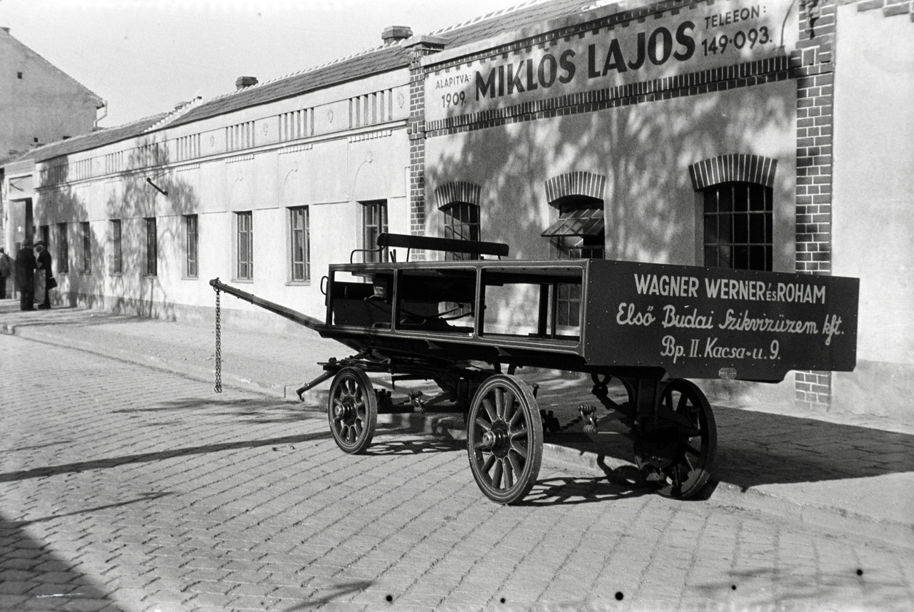 A nagy államosításokból persze a kocsiüzem sem maradhatott ki. A Miklósi családtól 1950-ben vették el a negyvenkét éve létrehozott vállalatot, helyére az épületbe egy zöldséges került, ami nagy törés volt mindenkinek, főleg az alapító nagyapának. A gyár leszerelése után az értékes gépeket átvitték a Szentendrei Kocsigyárba, és mivel valahol dolgozni kellett, mindhárom fiú ott folytatta tovább. A két idősebb testvér onnan is ment nyugdíjba, Miklós Lajos később átment az Állami Kordélyozási és Fuvarozási Vállalathoz. Ettől kezdve már szinte egyáltalán nem fotózott. A család még 1971-ig élt a Vaspálya utcai lakásban, akkor a helyet szanálták. Helyén ma tízemeletes panelházak állnak.
