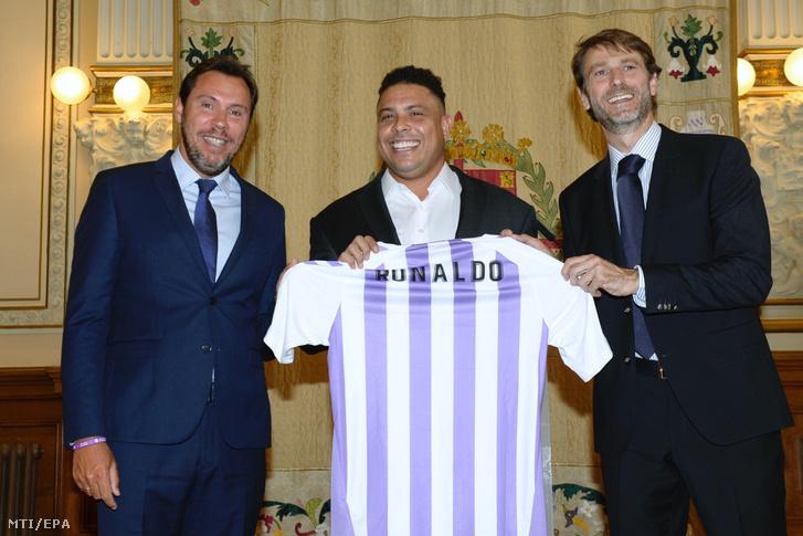 Óscar Puente Valladolid polgármestere Ronaldo Nazario volt brazil válogatott labdarúgó és Carlos Suárez a Real Valladolid elnöke (b-j) a valladolidi városházán tartott sajtótájékoztatón 2018. szeptember 3-án ahol bejelentették hogy Ronaldo 51 százalékos tulajdonrészt vásárolt a spanyol labdarúgó élvonalba a nyáron visszajutott Real Valladolidban.
