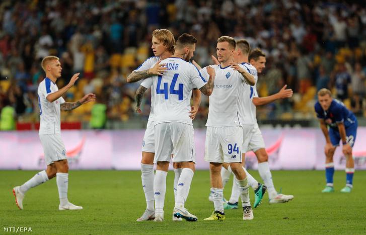 Kádár Tamás a Dinamo Kijev játékosa (k) csapattársaival ünnepli a 2-0 arányú győzelmüket a labdarúgó Bajnokok Ligája selejtezőjének 3. fordulójában játszott Dinamo Kijev - Slavia Praha visszavágó mérkőzés végén Kijevben 2018. augusztus 14-én.