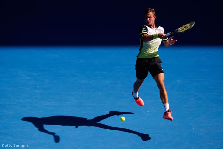 Fucsovics Márton a svájci Roger Federer ellen játszik az Australian Openen 2018. január 22-én.