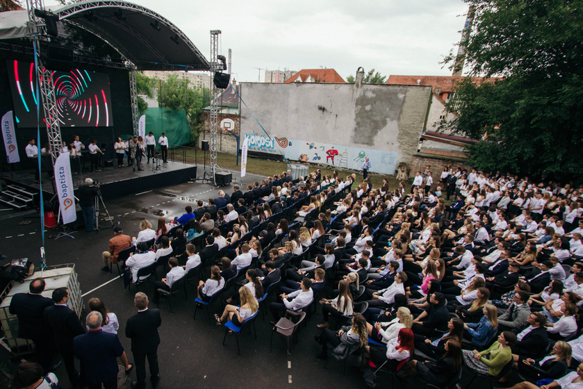 A színpadon Bolyki Balázs és a BIG, a Baptista Ifjúsági Gospel Kórus.