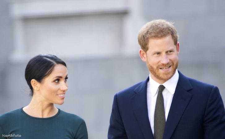 Meghan hercegné és Harry herceg Dublin repülőterén.