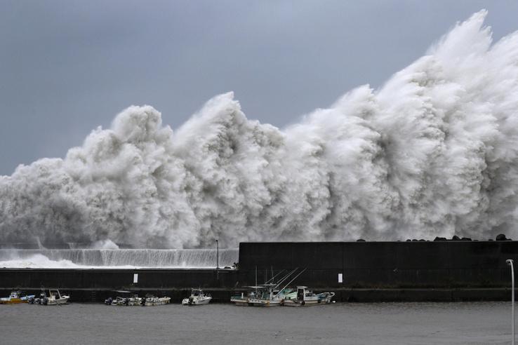 Jebi tájfun által keltett magas hullámok elérik Aki Kochi prefektúra partjait 2018.09.04.
