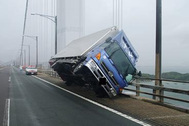 Kagawa prefektúra által közzétett fotó egy felborult kamionról a Seto Ohashi hídon 2018.09.04.