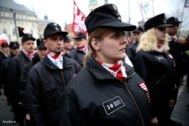 A Magyar Gárda egyik utódszervezetének tagjai vonulnak fel a Jobbik ünnepi rendezvényén a budapesti Március 15. téren, 2015. március 15-én