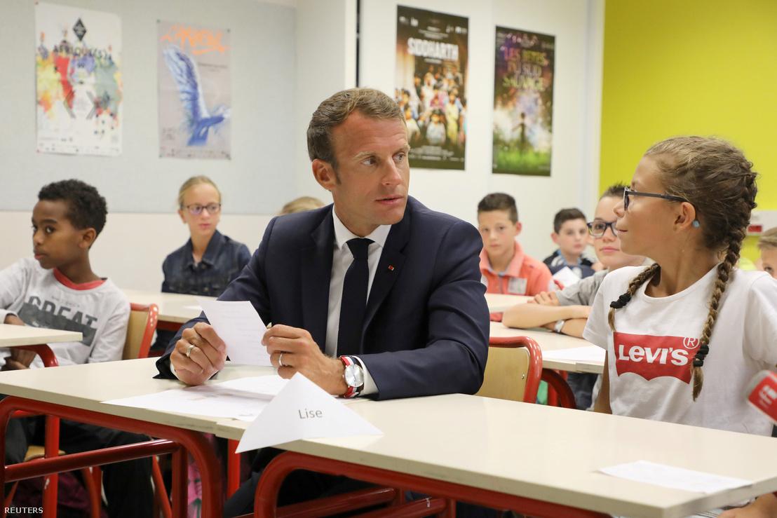 A francia elnök, Emmanuel Macron a tanuló mellé ül egy tanteremben egy Laval-i középiskolában való látogatás során Franciaország 2018. szeptember 3.