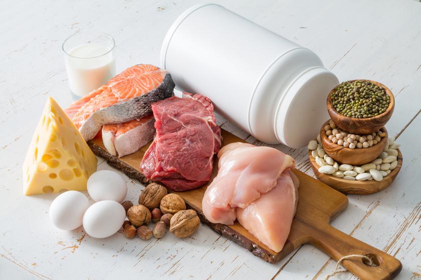 A zsírégetés a megfelelő táplálkozással kezdődik. A fehérjében gazdag ételek eltelítenek, így kevésbé leszel éhes. Ráadásul kutatások igazolják, hogy a fehérjében gazdag étrend nemcsak az izomtömeged növeléséhez jó segítség, de azok, akik több fehérjét esznek, kevésbé híznak hasra.