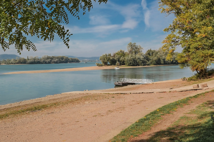 A Duna bal partján fekvő, gyönyörű Zebegény vízpartját, plázsait és pezsgő kis utcáit is imádják a kirándulók. A település a szobi vonattal érhető el legegyszerűbben.