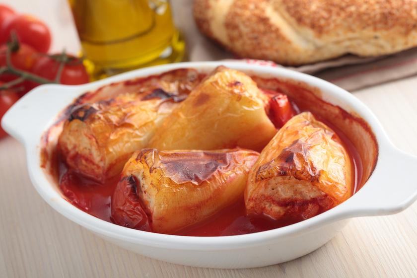 A szezon sztárja a töltött paprika, ami sütőben készítve még ízletesebb, mint eddig valaha. A húsgombócon is variálhatsz, a rizs helyett tehetsz bele hajdinát vagy zabpelyhet, sőt, gerslivel is gazdagíthatod.