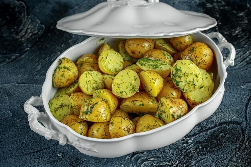 Kapros, vajas krumpli egyszerűen: az egyik legfinomabb köret a hétvégi sültekhez