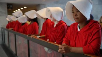 Szolgálólánynak öltözött nők tüntettek Trump jelöltje ellen