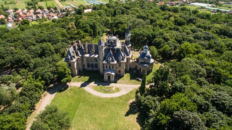 Mitől is nagy szám a turai kastély felújítása?