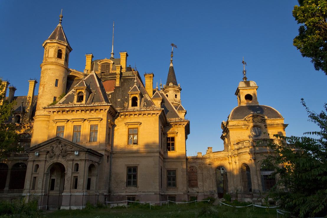 A kastély, még a felújítás megkezdése előtt. Jobbra a pálmaház, ami esetleg Ybl munkája is lehet