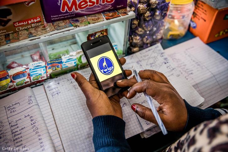 Egy zöldségkereskedő a Twiga Foods Ltd. blockchain technológiáját használja megrendelésre és fizetésre. Nairobi, Kenyában 2019.06.11.-én, ahol a blockchain informális gazdasági részesedése 20 milliárd dollár.