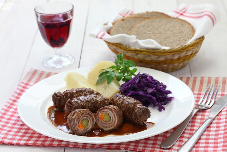 A Rindsrouladen szalonna, hagyma és gyakran savanyúság köré tekert marhahús, amit szívesen tálalnak párolt vörös káposztával, Rotkohllal.