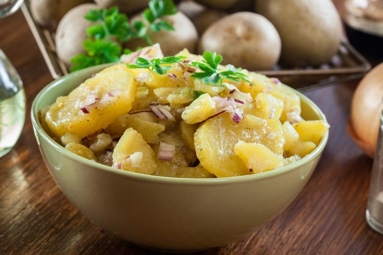 A kolbászok mellé próbáld ki a Kartoffelsalatot, a német burgonyasalátát, ami ecettel és mustárral készül