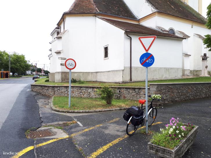 Ahogy az országban mindenütt, az összetettebb helyzeteket jellemzően itt is úgy oldják meg, hogy egyszerűen kiteszik a kerékpárút vége táblát