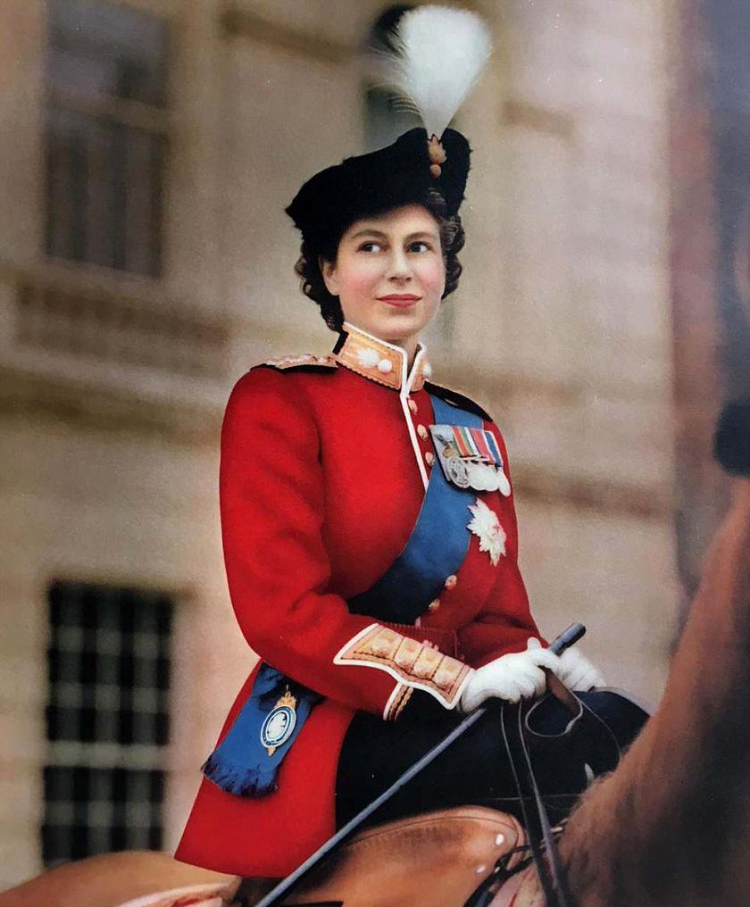 A kép 1951-ben készült, Erzsébet a Trooping the Colour katonai ceremónián maga is a hadsereg színeiben jelent meg. Nem mellesleg ez a kép indította el John Scott karrierjét.