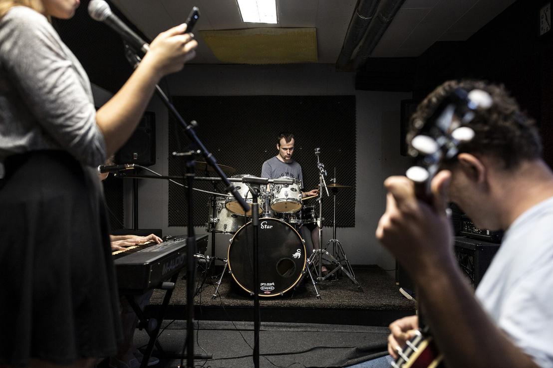 László metált játszik szívesen. / A képen László a háttérben dobol, az előtérben István látjuk bendzsóval és Annát a mikrofon előtt.
