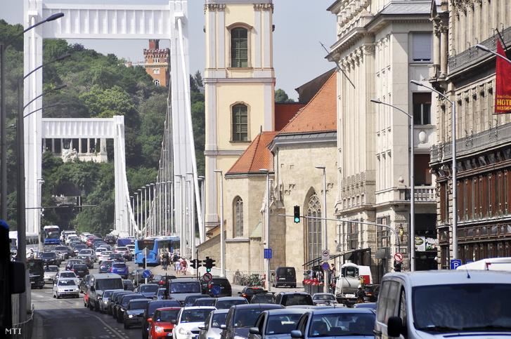 Erzsébet híd, pesti hídfő, Kossuth Lajos utca