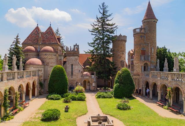 A Bory-várat szobrok és műalkotások díszítik.