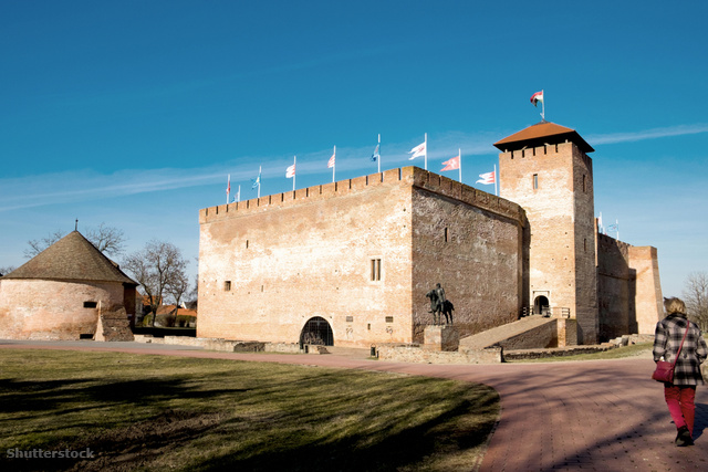 c30ef7e5e8 Ha megfordulsz a gyulai várban, nem hagyhatod ki a mellette található  Almásy-kastélyt sem
