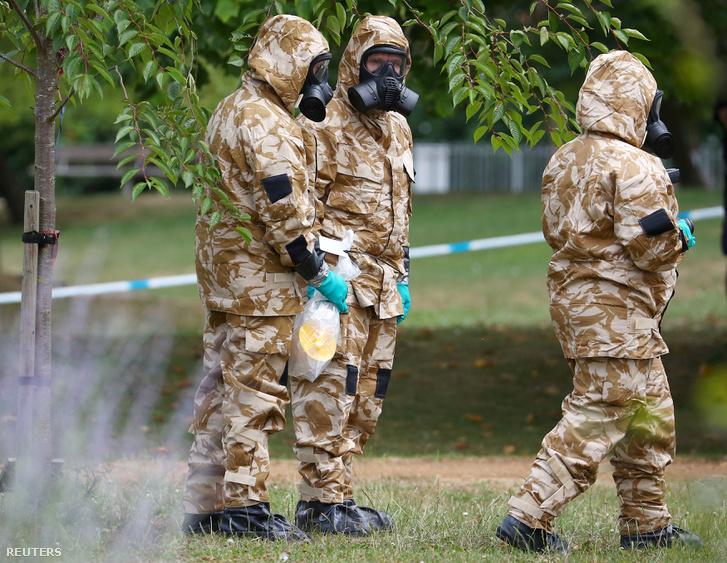 Védőruhában kutatták át a merénylet helyszínét Salisburyben 2018. július 19-én