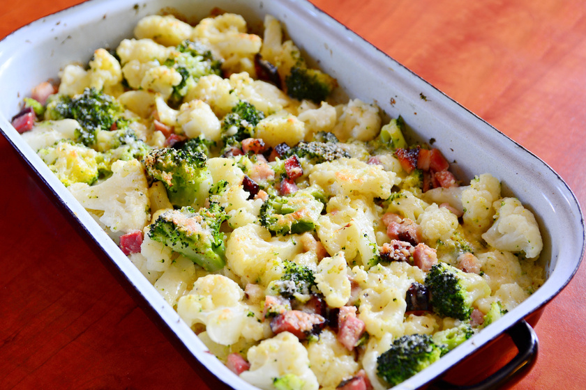 Brokkolival sült karfiol ropogós baconnel: szórd meg sajttal is