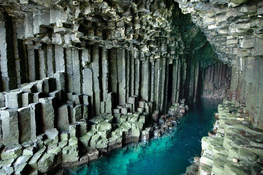 Ilyen furcsa barlangot még nem láttunk: geometriai pontossággal sorakoznak a sziklák