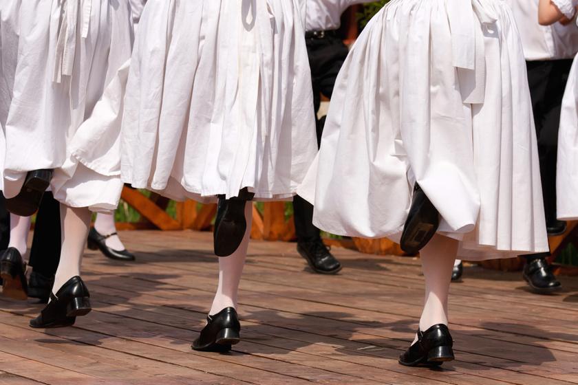 A néptánc, ahogy a hagyományos táncok java, egy óra alatt mindössze 360 kalóriának megfelelő energiát emészt fel.