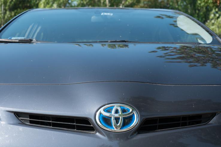 Az összes elektromos segítséggel elátott Toyota kékes derengést érdemel a jelvényen