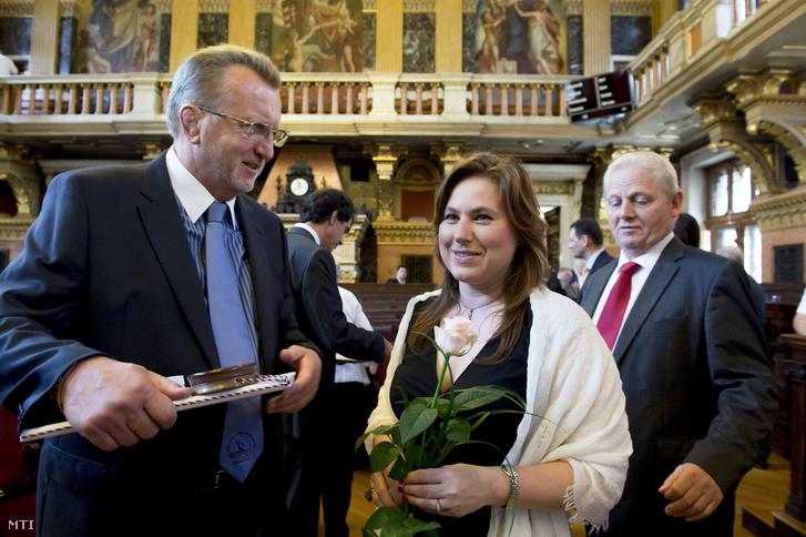 A díszpolgári címmel kitüntetett Hegedűs Csaba olimpiai bajnok birkózó (b) és Polgár Judit nemzetközi sakknagymester a Városháza díszteremében tartott ünnepi közgyűlésen 2016. június 17-én. Jobbra Tarlós István főpolgármester.