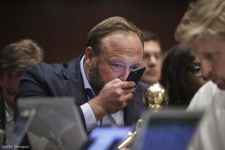 Alex Jones (Infowars) beszél a telefonjában a szenátusi hírszerző bizottság meghallgatáson a külföldi befolyásos műveletekről a social media platformok használatáról a Capitol Hill-ben, Washington 2018.09.05.