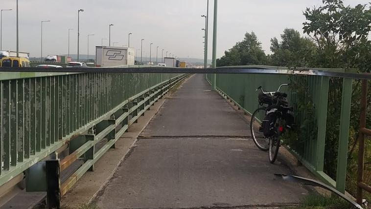 Nyakmagasságban kirakott vascsővel zárták le a bicikliutat