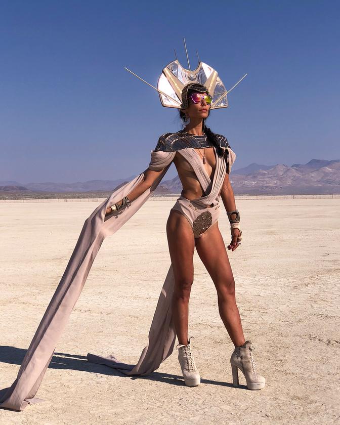 Ezen a foton Scarlett Delatorre látható, akiről még mielőtt azt hinné, hogy modell, inkább elmondjuk, hogy az Istagramja alapján: zenész, utazó, szörfös, tűzgyújtó, felfedező, aktivista, humanista, zeneterapeuta