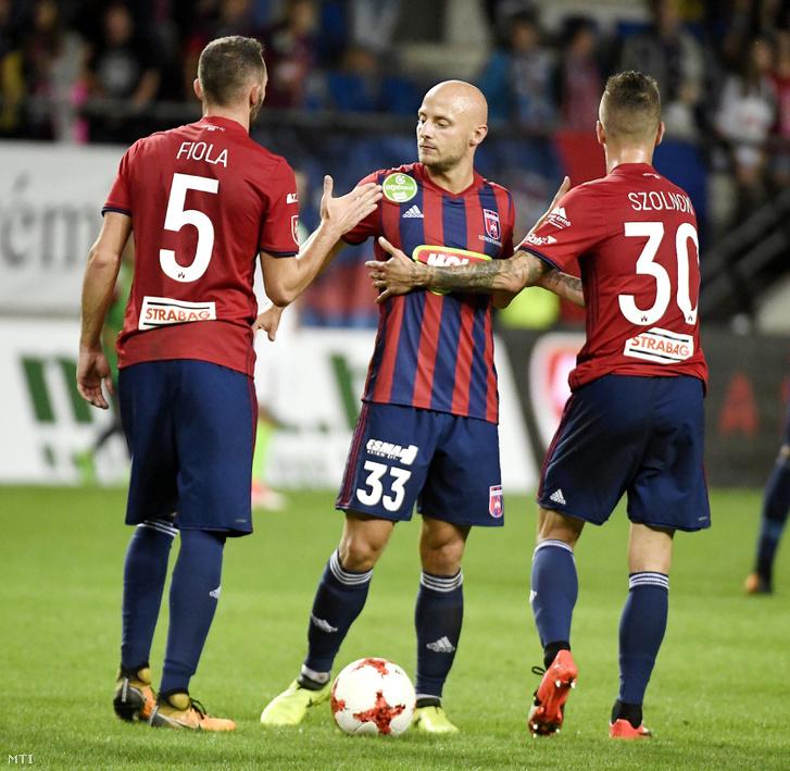 A fehérvári Fiola Attila, Varga József és Szolnoki Roland (b-j) gratulál egymásnak, miután a labdarúgó OTP Bank Liga 7. fordulójában a Videoton FC 3-1-re győzött a Ferencváros ellen a felcsúti Pancho Arénában 2017. augusztus 27-én.
