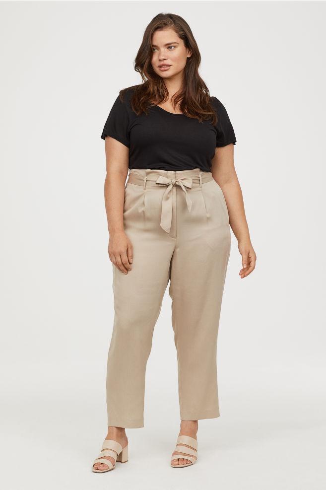 Csinos, nőies, divatos, és centiket farag le a derékból: a H&M elegáns nadrágja homokóra alakot varázsol, és az irodába is tökéletes választás. Ára 9490 forint.