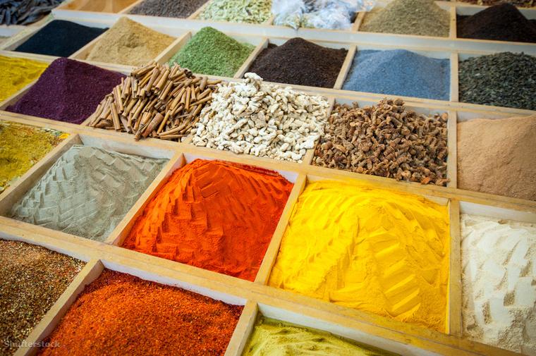 Azt sem fogod tudni, hogy hova nézz, ha betérsz az Isztambulban található                          Spice Bazaarba, ahol a színek, az illatok és a fűszerek garantáltan rabul ejtenek