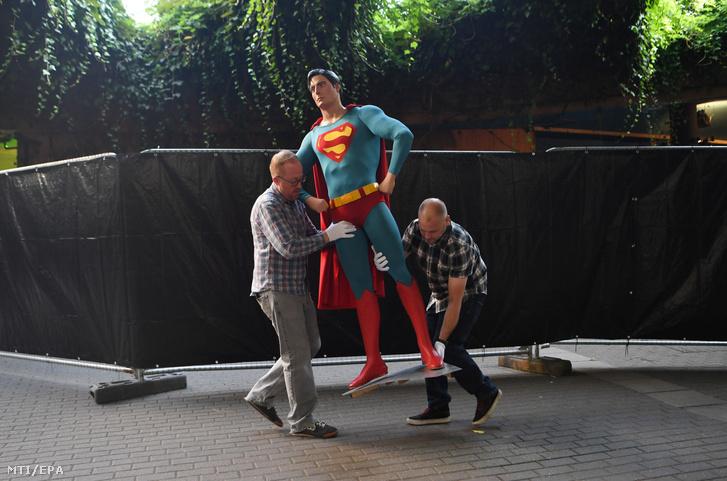 A filmes kellékekre szakosodott Prop Store két alkalmazottja viszi a néhai Christopher Reeve amerikai színész által többször is megformált Superman jelmezét a Prop Store londoni székhelyén 2018. szeptember 6-án.