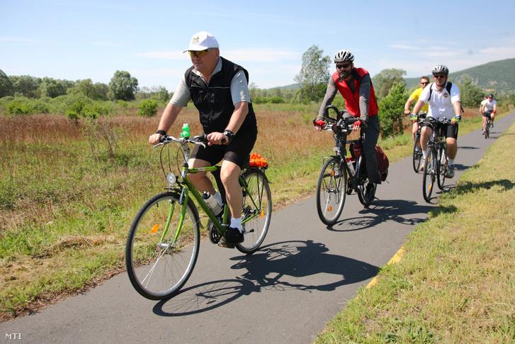 Hende Csaba honvédelmi miniszter (b) kerékpározik Szigliget közelében a Tekerj a sereggel! elnevezésű kétnapos kerékpáros túrán. Szigliget, 2012. május 5.