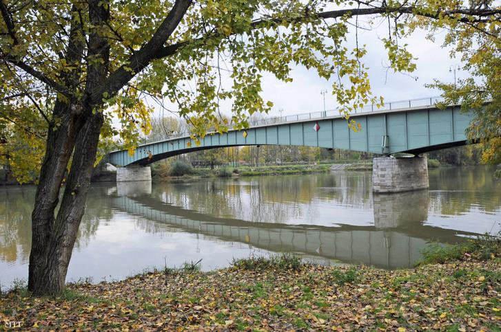 Az 1961-ben épült vasszerkezetű tokaji Tisza híd, amelyen a Tokaj-Rakamaz, illetve a Miskolc-Nyíregyháza közötti forgalom zajlik.