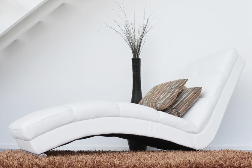 A bútorok alját törlik le az emberek a legritkábban. Az alacsonyan ülő kanapék, szekrények, fotelek alá nehezen fér be a porszívó vagy a seprű, de a padlót még csak-csak takarítják, viszont a bútor alját sosem. Pedig meglepően sok kosz, pókháló, elhalt bőr tapad közvetlenül a bútorlaphoz.