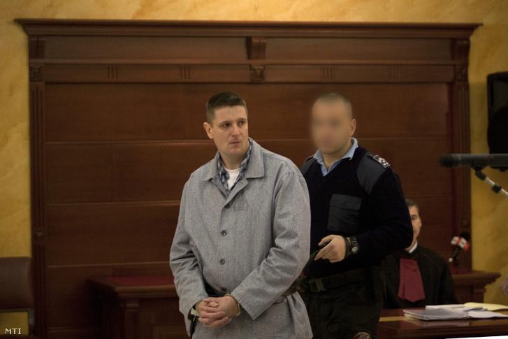 A móri bankrablás ügyében jogerősen életfogytiglani szabadságvesztésre ítélt Weiszdorn Róbertet vezetik elő perének felülvizsgálati tárgyalására a Legfelsőbb Bíróság tárgyalótermében. Budapest, 2011. november 3.