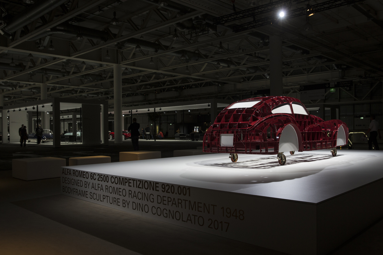 Az Alfa Romeo 6C 2500 Competizione versenyautó alakját megörökítő fémvázas szobor.