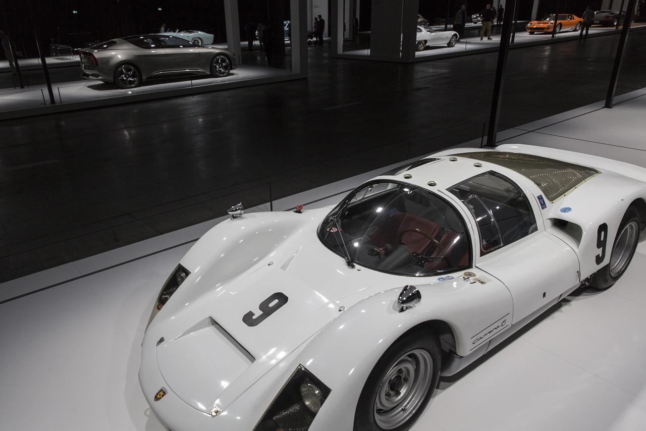 Egy káprázatos versenyautó 1965-ből: Porsche 906. A szélcsatornában formázott karosszériának köszönhetően Le Mans-ban 280 km/órás sebességet is elért a versenyek során, és jó ideig uralta a korszak autóversenyeit. Az aerodinamikailag forradalmi dizájn máig visszaköszön a GT versenyautókban.