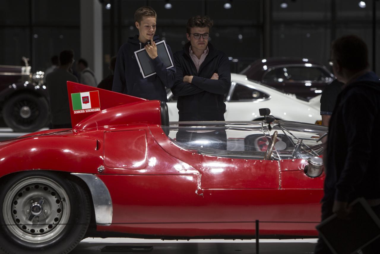 """Aki megáll a Maserati """"Birdcage"""" Tipo 63 Serenissima (1961) mellett, jobb ha megtámasztja az állát. Páratlan versenyautó, nincs is belőle még egy a világon."""