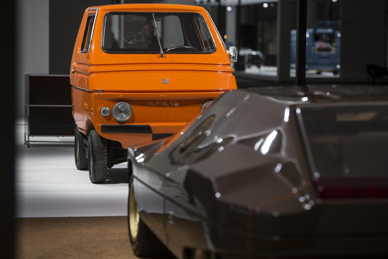 A Tesla egyik őse: egy műanyag karosszériájú elektromos kisautó, a Zagato Zele 1970-ből. Akár 40 km/órás sebességre is fel tudott gyorsulni, kb 500 darabot épített belőle az olasz gyártó, főként amerikai piacra. Az előtérben egy Lancia Sibilo, a Bertone dizájnstudió egyik bizarr alkotása látható.