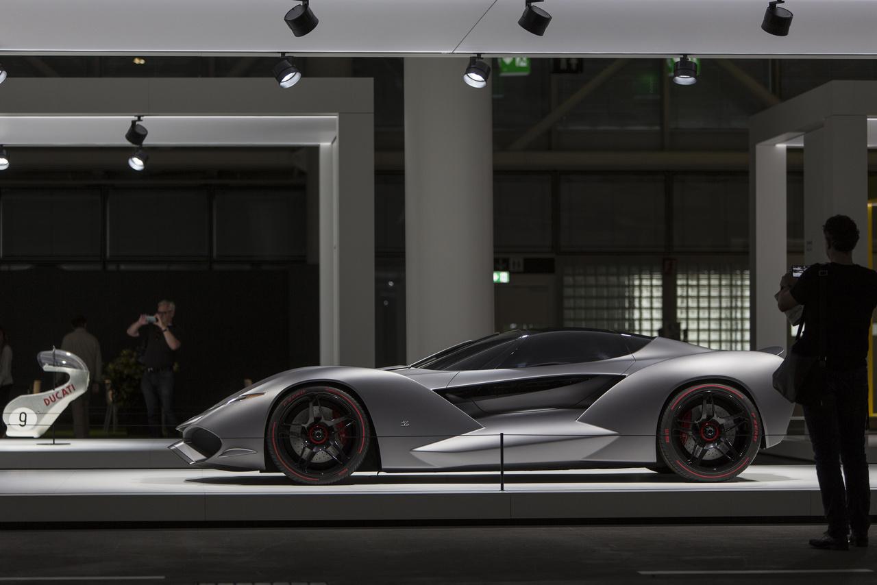 És akkor ugorjunk 2017-be: az IsoRivolta Vision Gran Turismo egy megelevenedett játékautó. A Sony több tervezőirodát is felkért annó hogy alkossanak PlayStation-re, azaz a Gran Turismo videojátékhoz autókat. Az IsoRivolta Vision GT is eredetileg ilyen, bónuszként megszerezhető autó volt a játékban, aztán a cég főnöke, Andrea Zagato feltette a kérdést, hogy mi lenne ha. Ezer lóerős, tízsebességes, ikerturbós V8 motor hajtja, 100 km/órára 2,7 másodperc alatt gyorsul, csúcssebessége 350 km/óra.