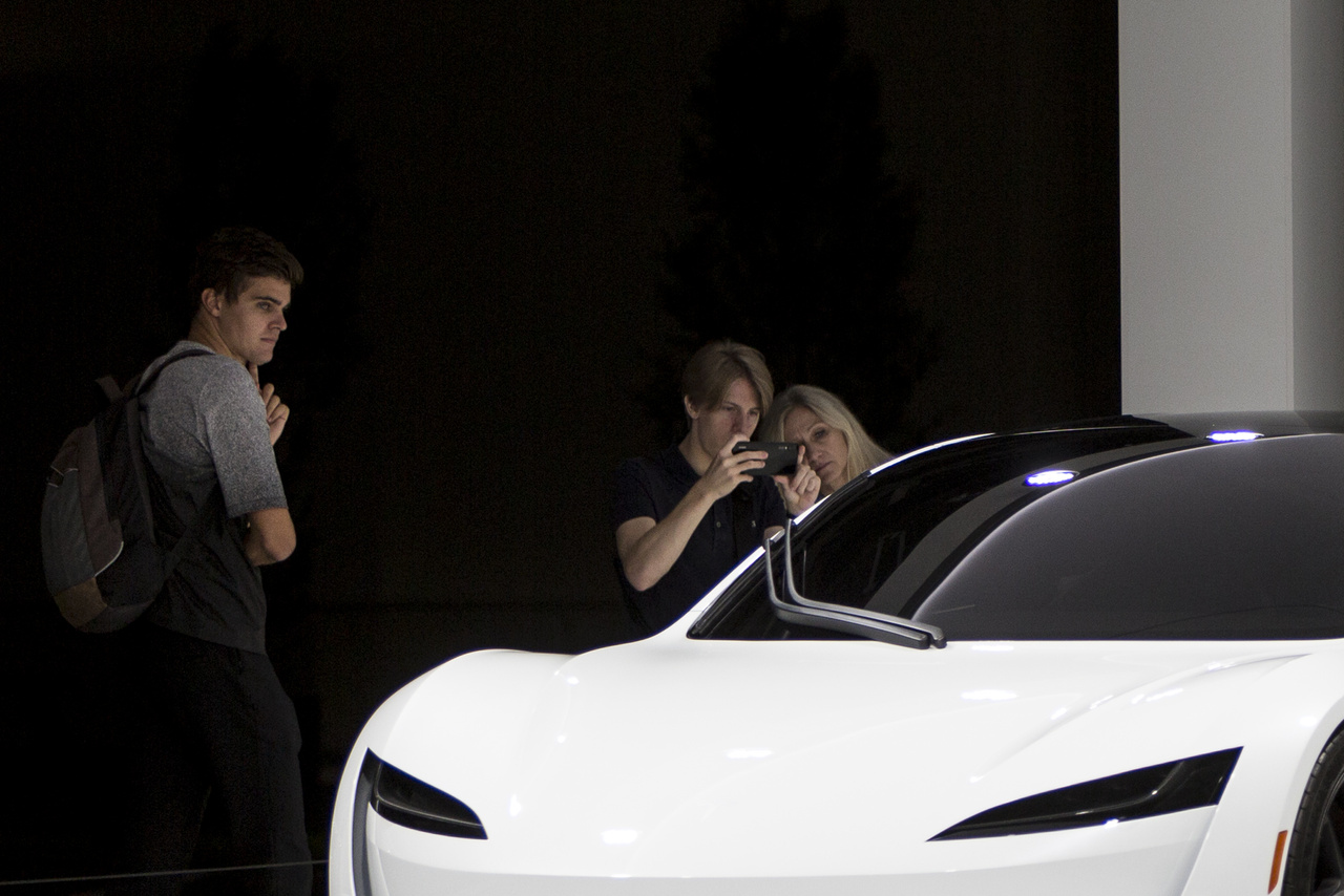 Egy Tesla Roadster is befért a kiállításra, mint a világ egyik legfürgébb autója.