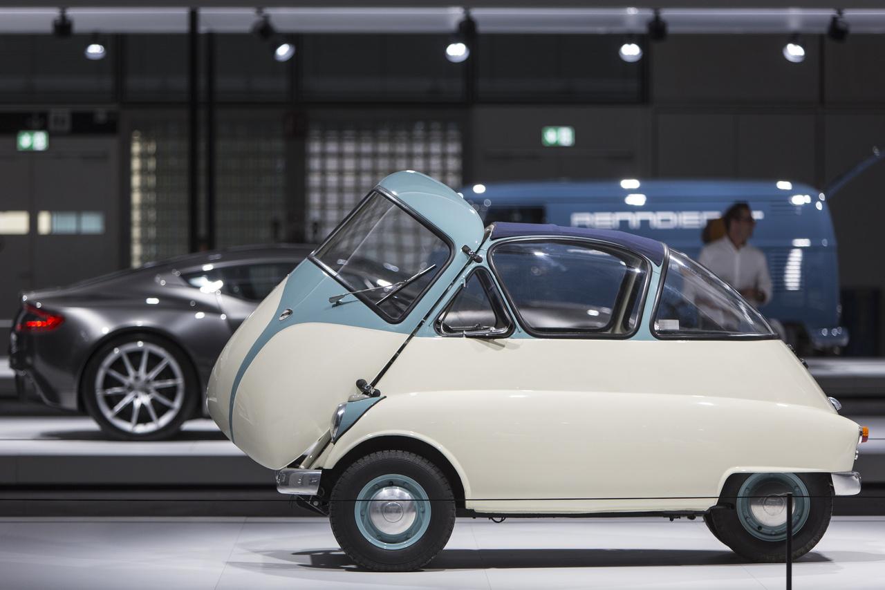 Az olasz IsoRivolta Isetta (1952) nagyvárosi törpeautót csupán két évig gyártották. A könnyű, háromkerekű járgányt akár kézzel is a helyére lehetett tolni parkoláskor.